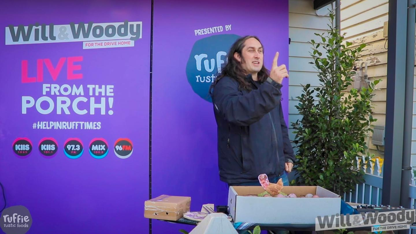 There's Only One Ross Noble... And He's Performing On A Porch!